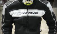 d6770ca9bf Újabb két darabot mutatunk be 2011-es tartósteszt-ruhaflottánkból, ezúttal  az utcai vonalról: motoros nadrág és nyári dzseki, ahogyan azt a Mugen Race  ...