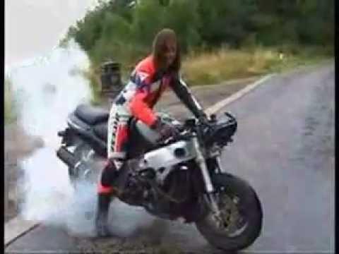 Emlékeztek a Biaggi GP500-as brnoi majdnem hanyattesésére? Ebben a videóben újra láthatjátok jópár másik eseménnyel együtt.