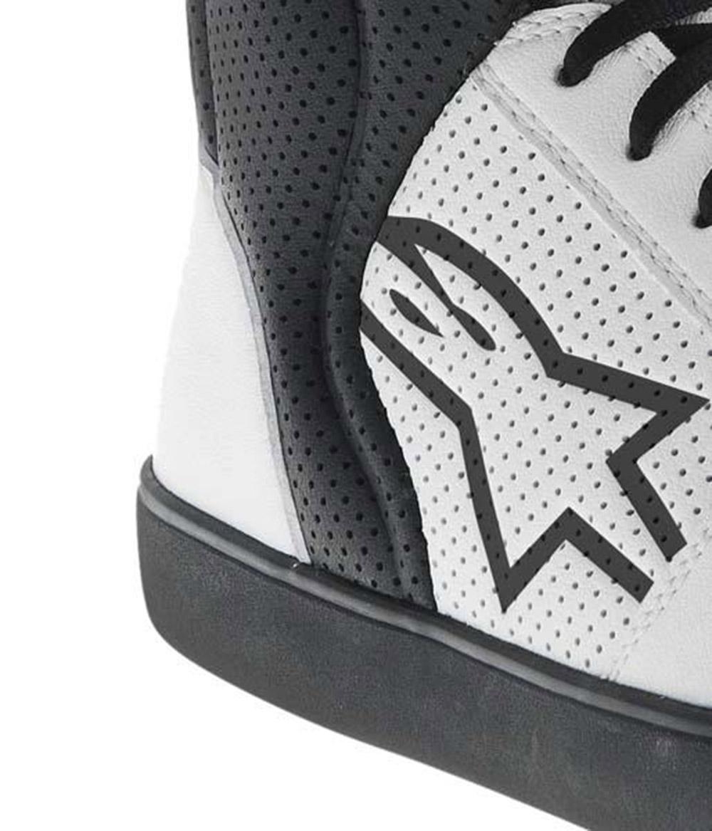 6ceecc025988 Az Alpinestars Anaheim cipő tökéletes keveréke az utcai kosaras cipőnek és  egy motoros cipőnek. A klasszikus 90-es évekbeli utcai cipő kinézete  ellenére ...