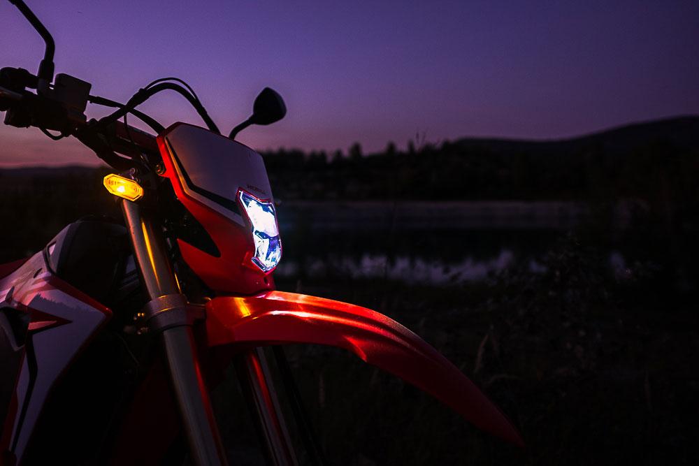A LED-es világítás erős fény nyalábokat lő szét előttünk, így éjszakai, kivilágítatlan útszakaszon is biztonságos haladást tesz lehetővé.