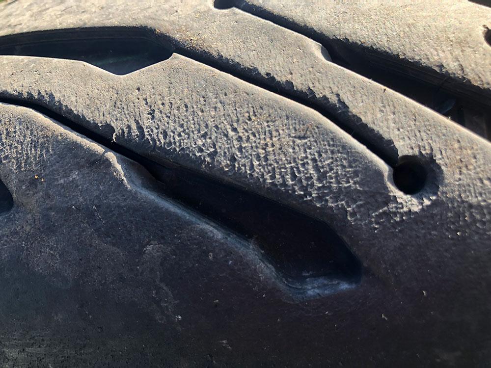 A Michelin ROAD 5 GT felületét felzabálja a nyomaték. Élvezetesen lehet állandóan keresztbecsúsztatni, mert a kipörgésgátló szépen kordában tartja a driftelést